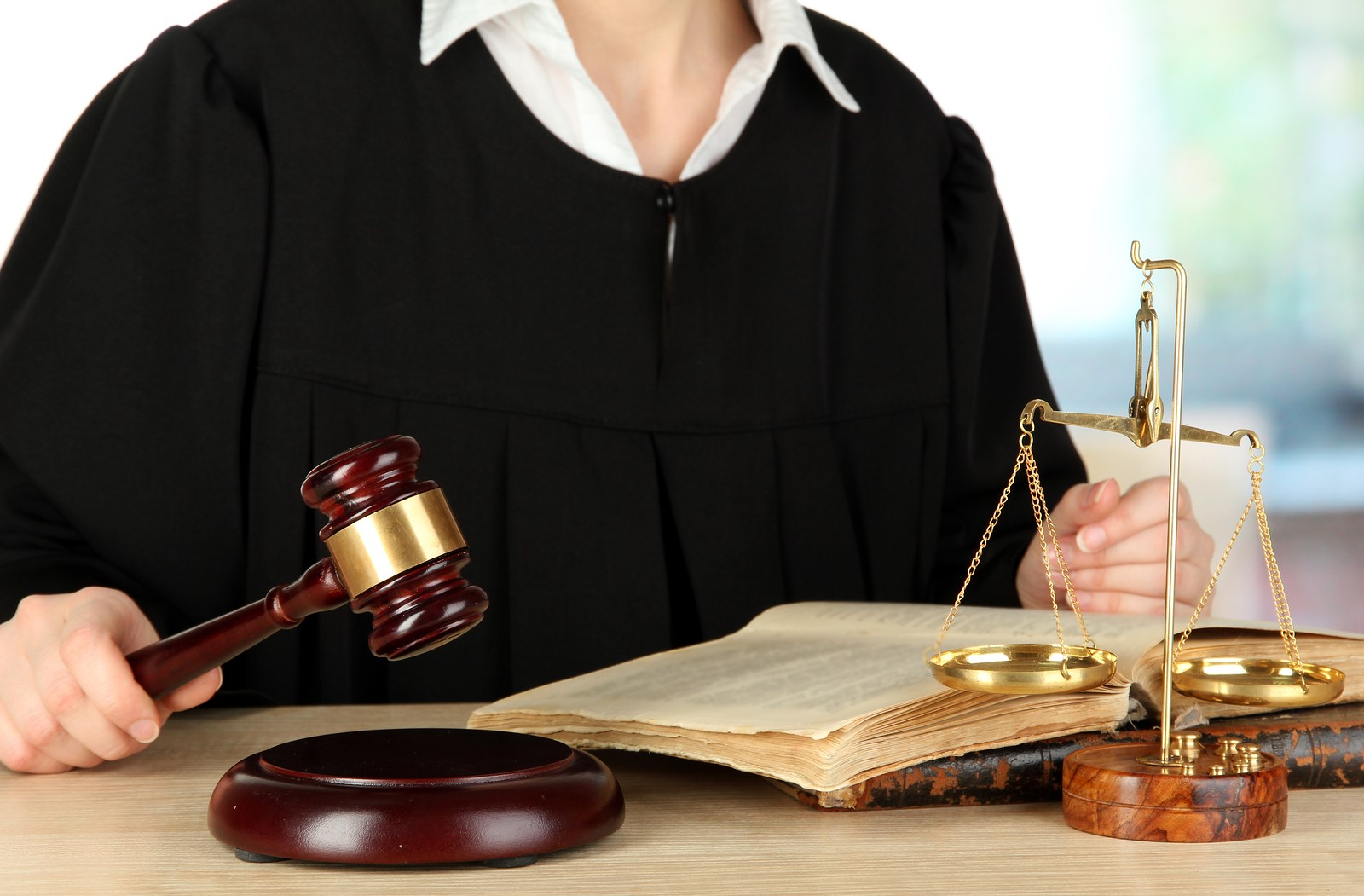 Судья может сидеть без мантии в уголовном деле